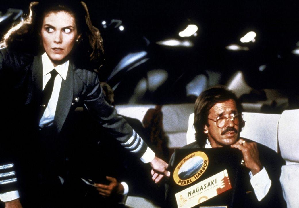 Elaine (Julie Hagerty, l.) sieht sich gezwungen, den Passagieren von den Pannen an Bord des Raumschiffs zu berichten - doch die ertragen die Hiobsbo... - Bildquelle: Paramount Pictures