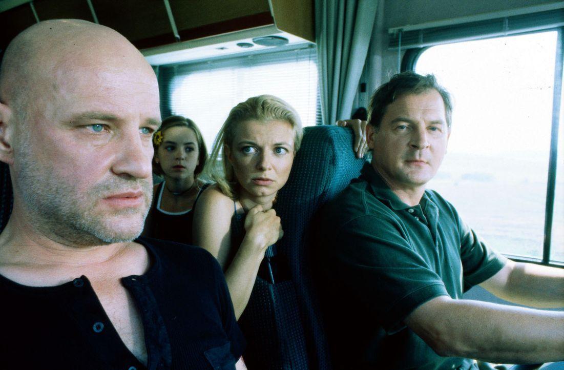 """Der geflohene Strafgefangene """"Popeye"""" (Christian Redl, l.) bringt Carla (Michaela Merten, 2.v.r.) und Albrecht Seibel (Burghard Klaußner, r.), die... - Bildquelle: Jiri Hanzl SAT.1"""