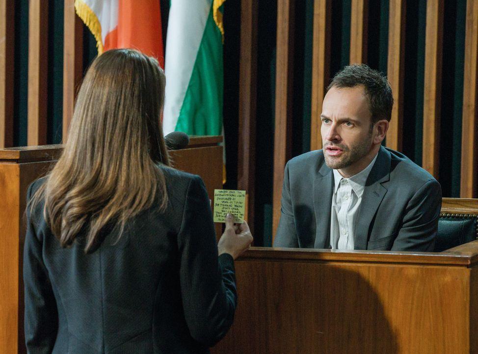 Als Sherlock Holmes (Jonny Lee Miller, r.) vor dem Polizeigericht aussagen muss, steht nicht nur seine eigene Zukunft auf dem Spiel, sondern auch di... - Bildquelle: CBS Television