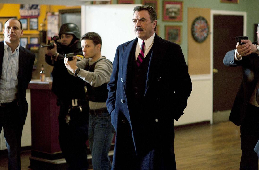 Wird er endlich erfahren, wer seinen Sohn getötet hat? Frank Reagan (Tom Selleck, 2.v.r.) hofft, endlich eine Antwort auf diese Frage zu bekommen ... - Bildquelle: 2010 CBS Broadcasting Inc. All Rights Reserved