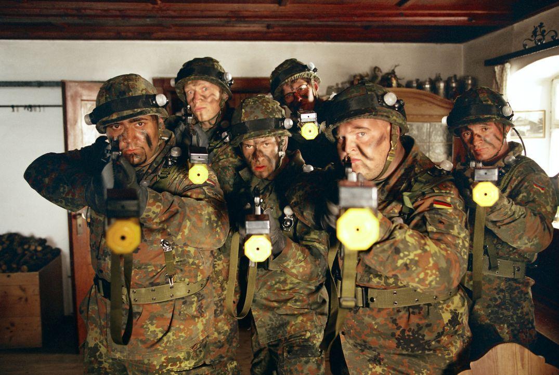 Die Chaoten-Truppe beim Angriff (v. l. n. r.) Nefzat Akinci (Kailas Mahadevan), Schleifer (Florian Lukas), Basti Lämmle (Franz Dinda), Martin Zonko... - Bildquelle: Constantin Film
