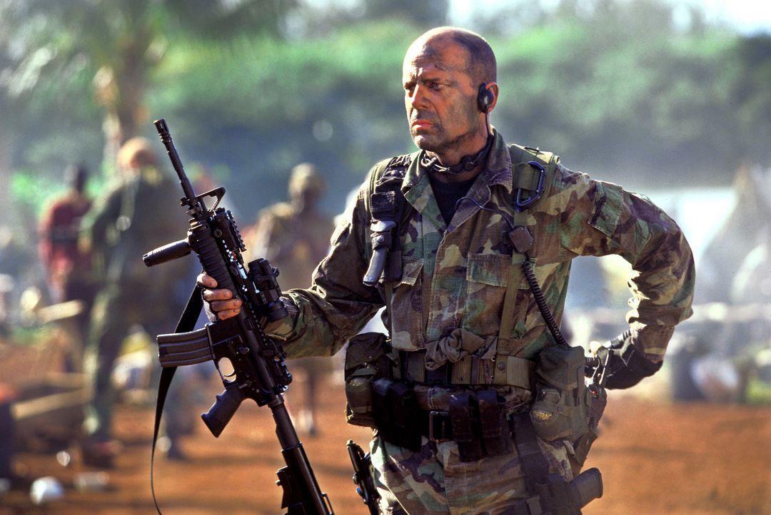 Eines Tages wird Lieutenant Waters (Bruce Willis) beauftragt, eine Amerikanerin aus dem afrikanischen Dschungel zu retten, die eine Missionsstation... - Bildquelle: 2004 Sony Pictures Television International. All Rights Reserved.