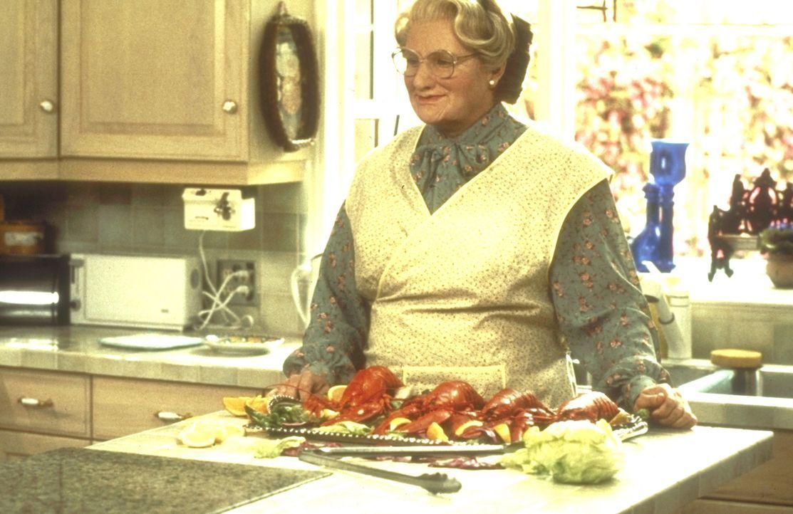 Nach kurzer Zeit ist die resolute Mrs. Doubtfire (Robin Williams, M.) völlig in den Alltag der Familie eingebunden. - Bildquelle: 20th Century Fox
