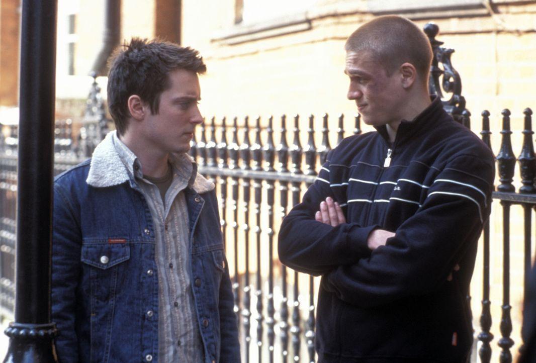 Zunächst kann Matt (Elljah Wood, l.) dem wilden treiben des Fußballfans Pete (Charlie Hunnam, r.) nichts abgewinnen, aber schon bald schlägert er... - Bildquelle: Odd Lot Entertainment