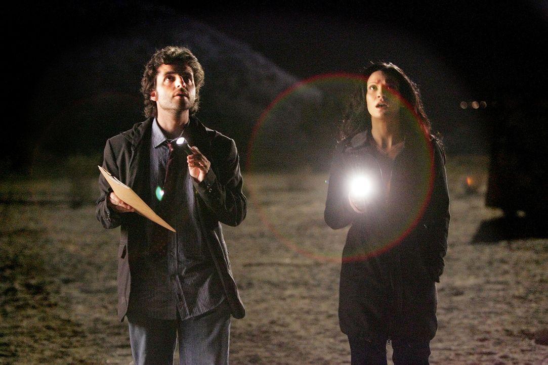 Bei einem nächtlichen Ausflug zum Tatort  machen Charlie (David Krumholtz, l.) und Amita (Navi Rawat, r.) ein Entdeckung, die zur Lösung des Falles... - Bildquelle: Paramount Network Television