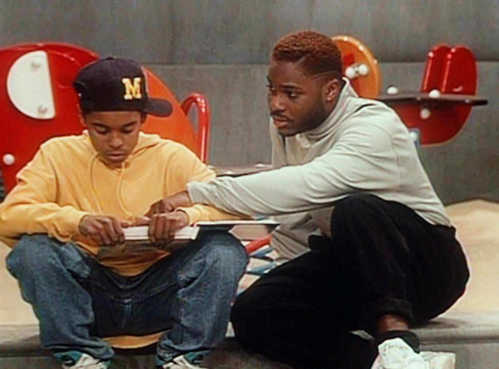 Theo (Malcolm-Jamal Warner, r.) versucht herauszubekommen, warum Stanley (Merlin Santana, l.) Schwierigkeiten mit dem Lesen hat. - Bildquelle: Viacom