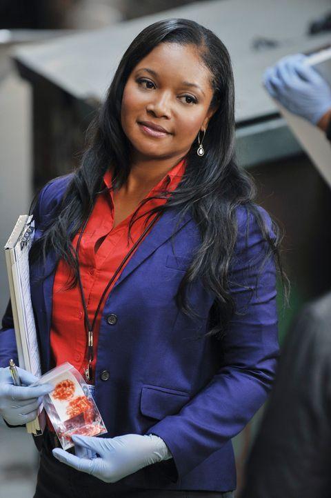Der Tatort wird von Lanie Parish (Tamala Jones) sorgfältig auf Spuren untersucht und sie wird tatsächlich fündig ... - Bildquelle: 2011 American Broadcasting Companies, Inc. All rights reserved.