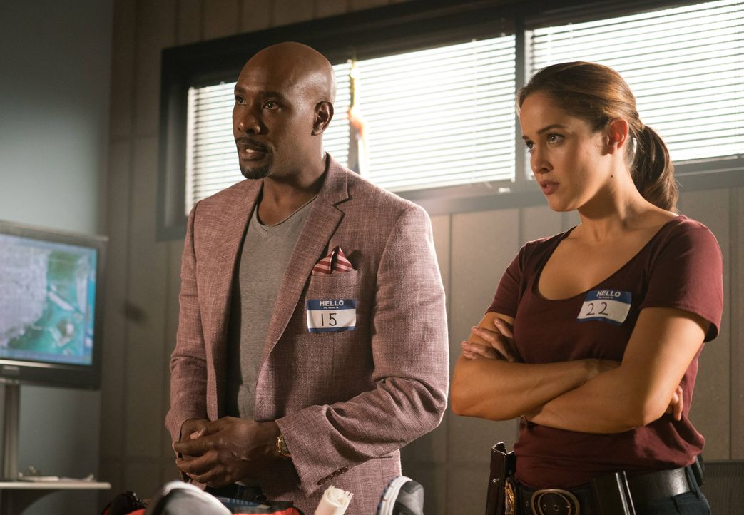 Rosewood (Morris Chestnut, l.) und Villa (Jaina Lee Ortiz, r.) geraten mitten in eine Geiselnahme im East Miami Police Department. Ein knallharter K... - Bildquelle: 2016-2017 Fox and its related entities. All rights reserved.
