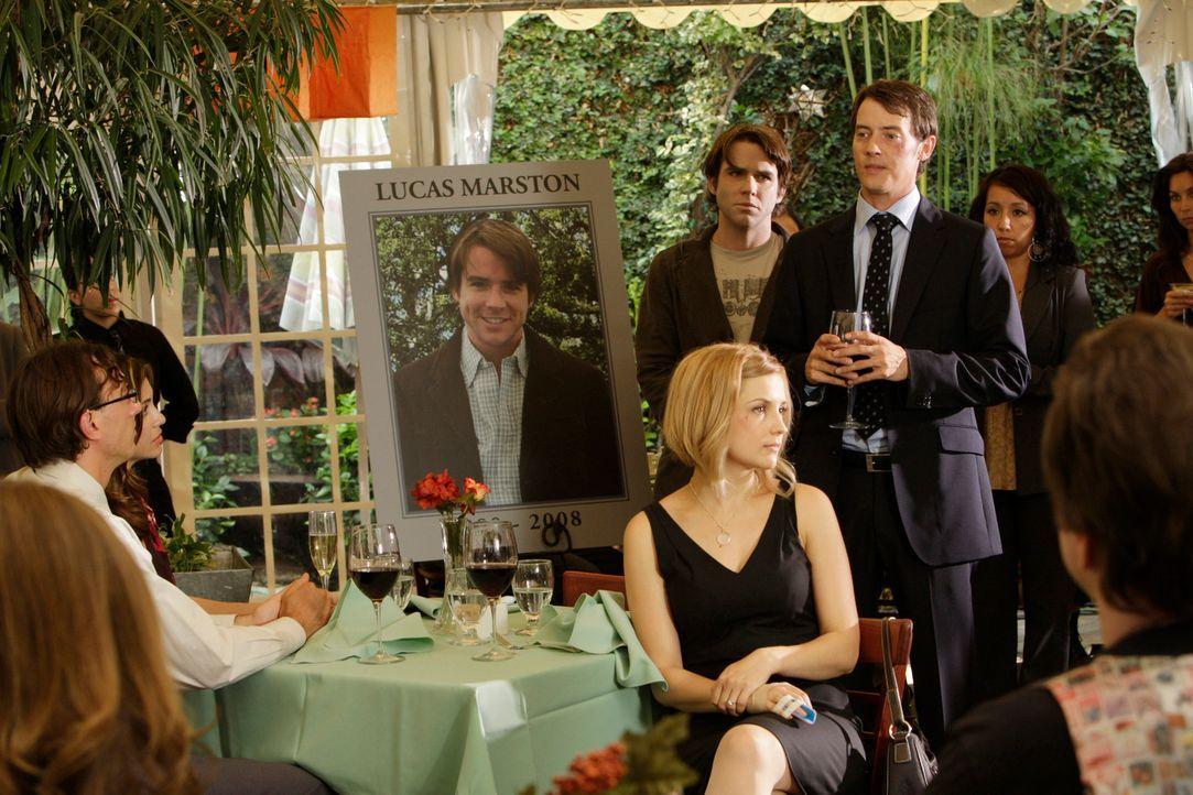 Ryan Keller (Jason London, 3.v.r.) und Grace Adams (Rachael Leigh Cook, vorne) ahnen nicht, dass der Geist von Lucas (Christian Campbell, hinten M.)... - Bildquelle: ABC Studios