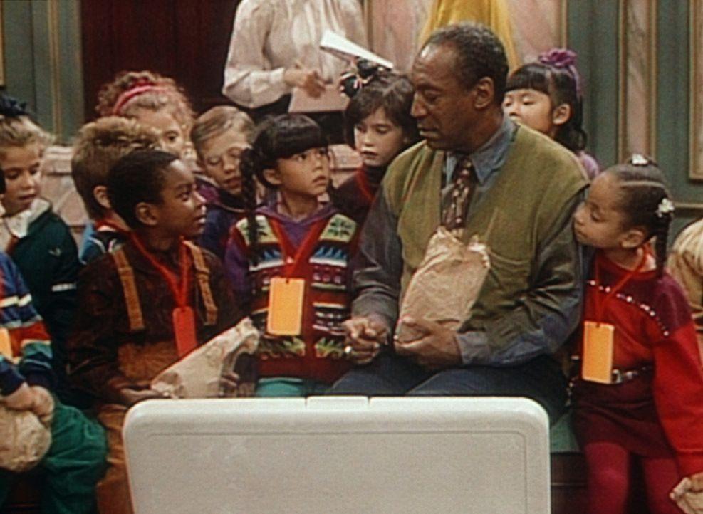 Cliff (Bill Cosby, Mitte r.) versucht, einen der Klassenkameraden von Olivia (Raven Symone, r.) dazu zu überreden, sein Essen mit ihm zu tauschen. - Bildquelle: Viacom