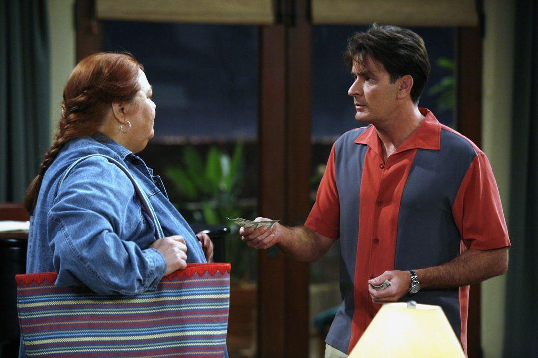 Charlie (Charlie Sheen, r.) teilt Berta (Conchata Ferrell, l.) mit, dass Alan nicht mehr in seinem Haus wohnt ... - Bildquelle: Warner Brothers Entertainment Inc.