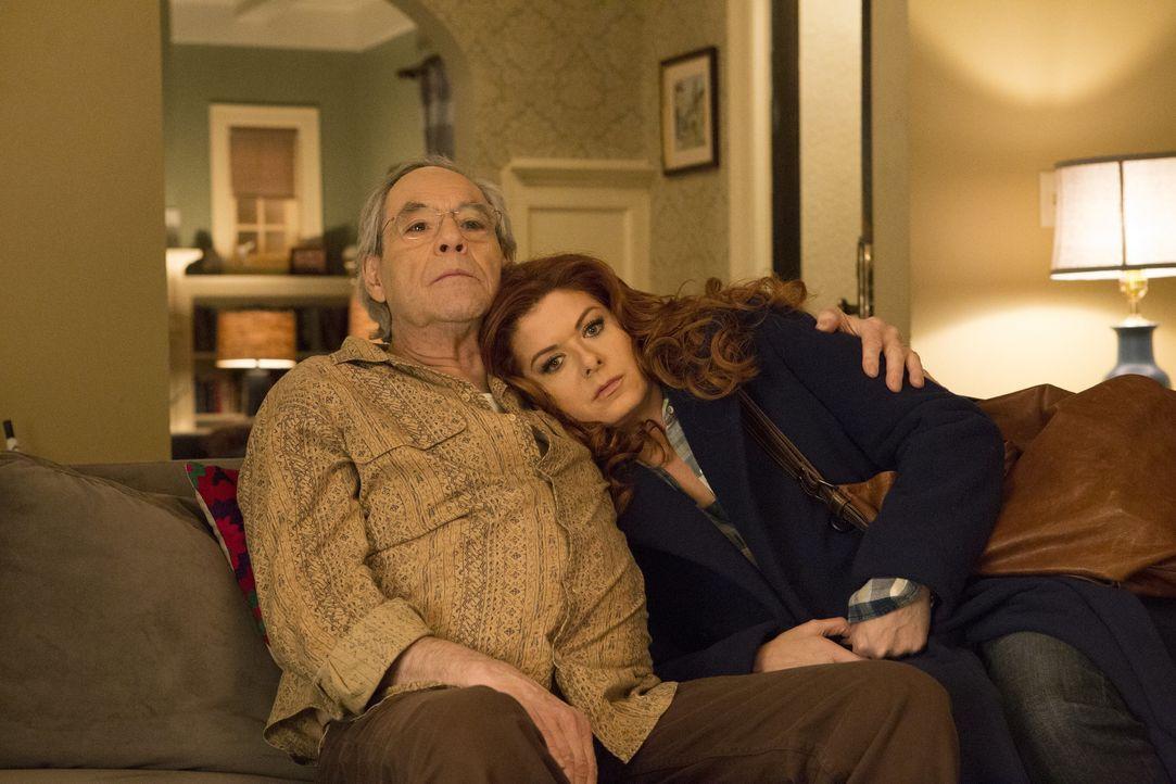 Auch wenn er kein einfacher Hausgast ist, ist Laura (Debra Messing, r.) in manchen Situationen froh, dass ihr Vater Leo (Robert Klein, l.) da ist ... - Bildquelle: 2015 Warner Bros. Entertainment, Inc.