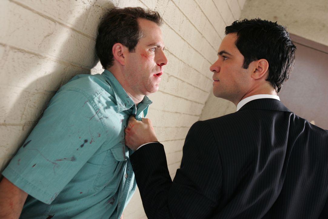 Detective Scott Valens (Danny Pino, r.) muss bei Bob (Christopher Goodson, l.) wohl eine deutlichere Sprache sprechen ... - Bildquelle: Warner Bros. Television