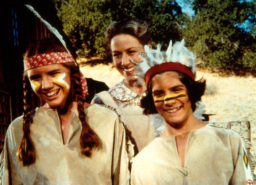 Albert Ingalls (Matthew Laborteaux, r.) und seine Schwester Laura (Melissa Gilbert, l.) stellen stolz ihrem Vater die Kostüme für den Maskenball v... - Bildquelle: Worldvision
