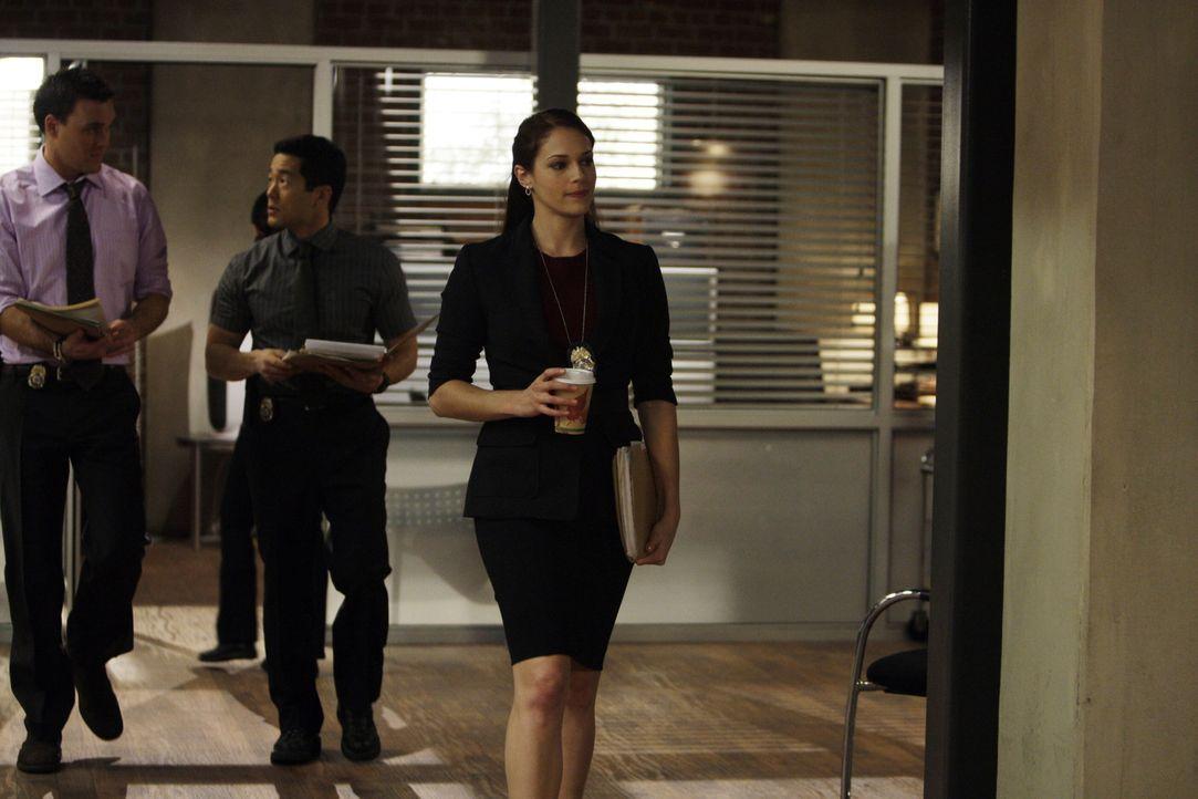 Grace (Amanda Righetti, r.) hat einen neuen Lover, der nicht nur ihr Leben verändert, sondern auch das ihrer Kollegen Wayne (Owain Yeoman, l.), Kend... - Bildquelle: Warner Bros. Television