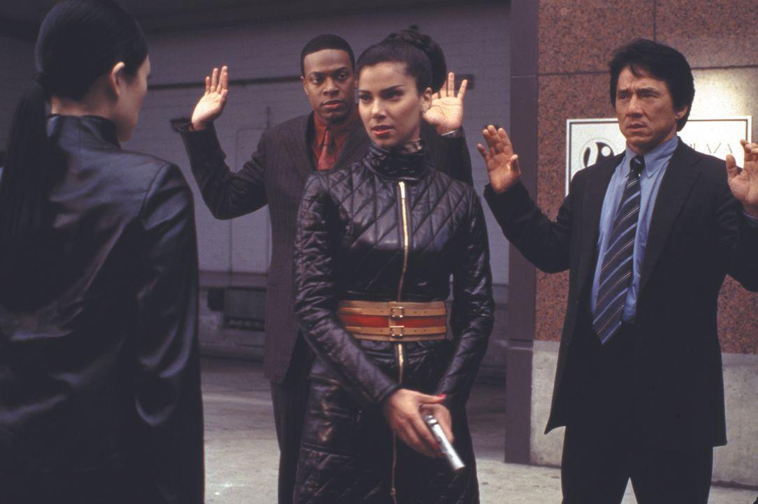 Wollen sich gemeinsam gegen einen Geldfälscher-Ring stellen: Carter (Chris Tucker, l.), Isabella Molina (Roselyn Sanchez, M.) und Lee (Jackie Chan,... - Bildquelle: Warner Bros.