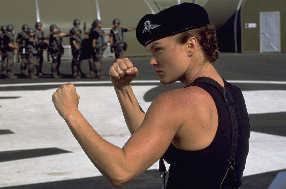 """Während Carmen es tatsächlich schafft, zu den Piloten zu kommen, landet Johnny beim """"Fußvolk"""". Bei ihm in der Truppe ist Dizzy (Dina Meyer), die... - Bildquelle: SONY PICTURES TELEVISION INTERNATIONAL"""
