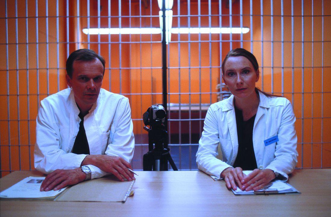 Prof. Klaus Thon (Edgar Selge, l.) und seine Assistentin Dr. Jutta Grimm (Andrea Sawatzki, r.) nehmen die Bewerber für das Experiment genau unter d... - Bildquelle: SENATOR FILM Alle Rechte vorbehalten