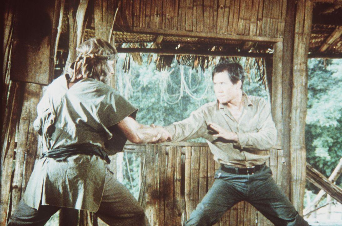 Kampfkunst-Experte Braddock (Chuck Norris, l.) kehrt zurück ins Lager, um endlich mit Colonel Yin (Soon-Teck Oh, r.) abzurechnen ... - Bildquelle: Cannon Films