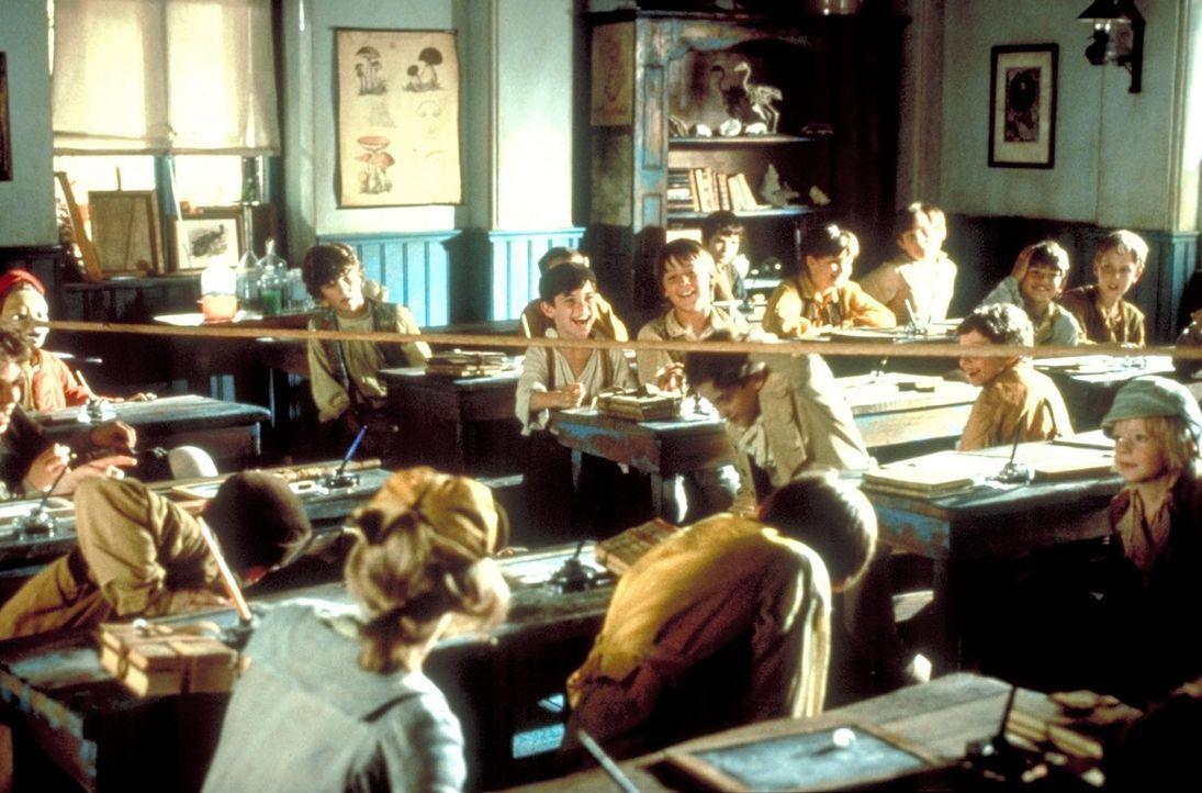 In der Schule muss die wundersame Holzpuppe Pinocchio viele Hänseleien über sich ergehen lassen. Jedoch besonders schlimm wird es für den Kleinen... - Bildquelle: Warner Bros.