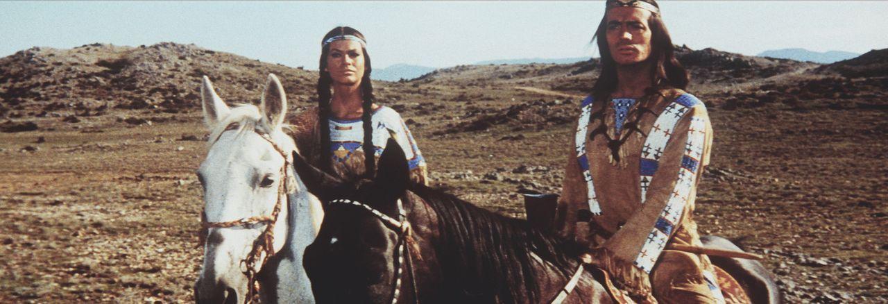 Winnetou (Pierre Brice, r.) und seine Schwester Nscho-tschi (Marie Versini, l.) sehen den Banditen Silers und dessen Gefolgsleute auf sich zukommen... - Bildquelle: Columbia Pictures