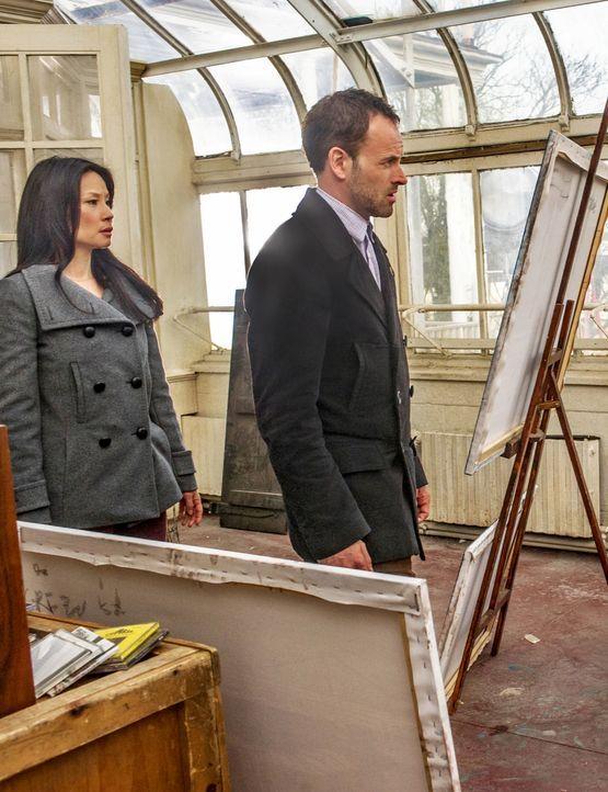 Versuchen gemeinsam, Moriarty das Handwerk zu legen: Joan (Lucy Liu, l.) und Sherlock (Jonny Lee Miller, r.) ... - Bildquelle: CBS Television