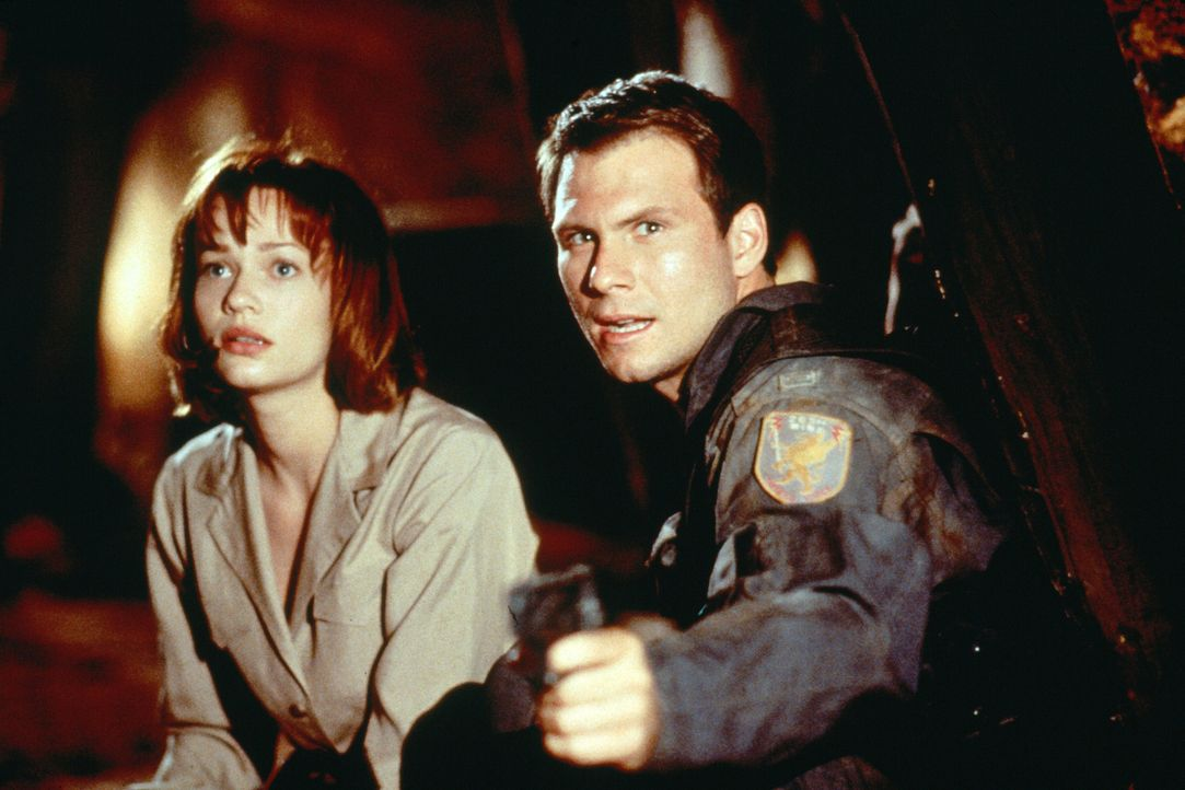 Unterstützt von der hübschen Terry (Samantha Mathis, l.) versucht Airforce-Pilot Riley Hale (Christian Slater, r.), die Atombomben zurückzubekommen... - Bildquelle: 1996 Twentieth Century Fox Film Corporation.  All rights reserved.
