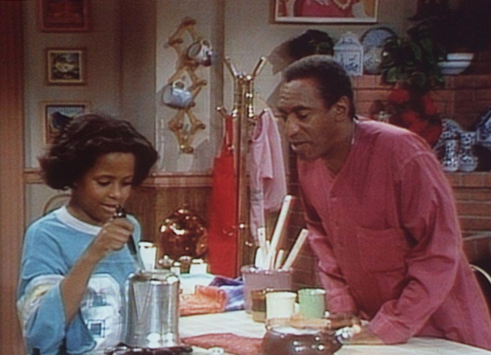 Vanessa (Tempsett Bledsoe, l.) macht sich nachts Kaffee, worüber Cliff (Bill Cosby, r.) doch sehr erstaunt ist. - Bildquelle: Viacom