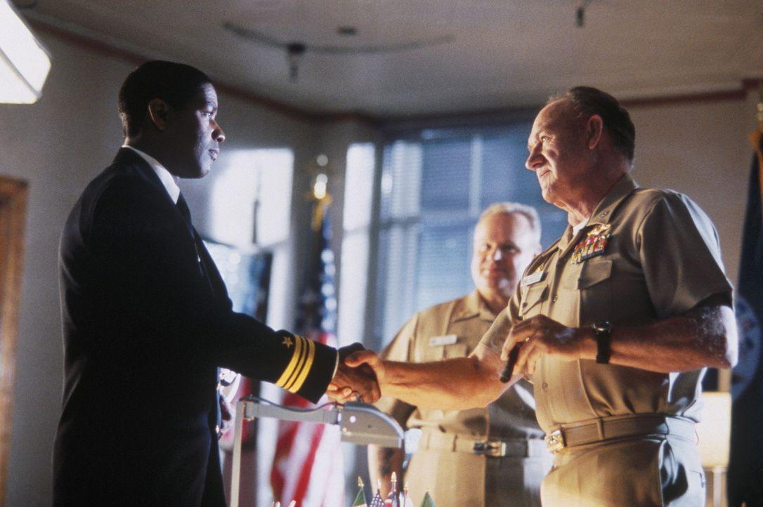 """Der """"Kalte Krieg"""" ist vorbei und die Welt wiegt sich in vermeintlicher Sicherheit. Auch U-Boot-Kapitän Ramsey (Gene Hackman, r.) und sein neuer Ers... - Bildquelle: Buena Vista Pictures"""