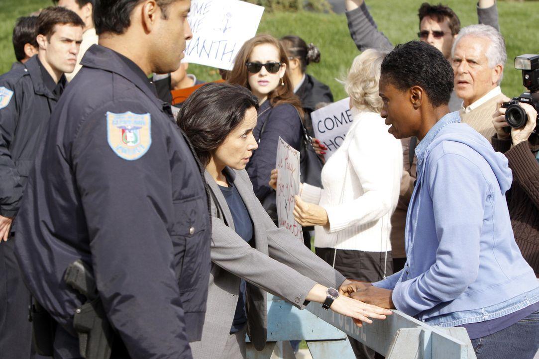 Jeanette Rawlins (Adina Porter, r.) macht sich große Sorgen um ihre Tochter, die ebenfalls vermisst wird, die Polizei jedoch seit neun Tagen nichts... - Bildquelle: ABC Studios