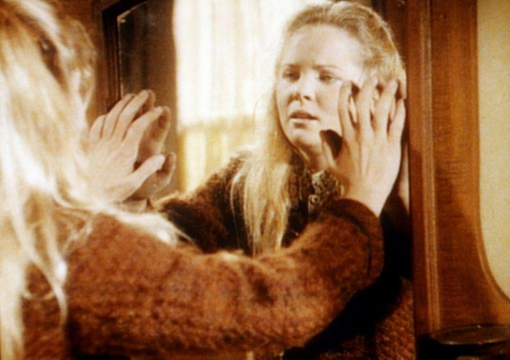 Langsam ertastet Mary (Melissa Sue Anderson) ihr Zimmer in der Blindenschule. Noch hat sie ihr Selbstmitleid nicht überwunden. - Bildquelle: Worldvision