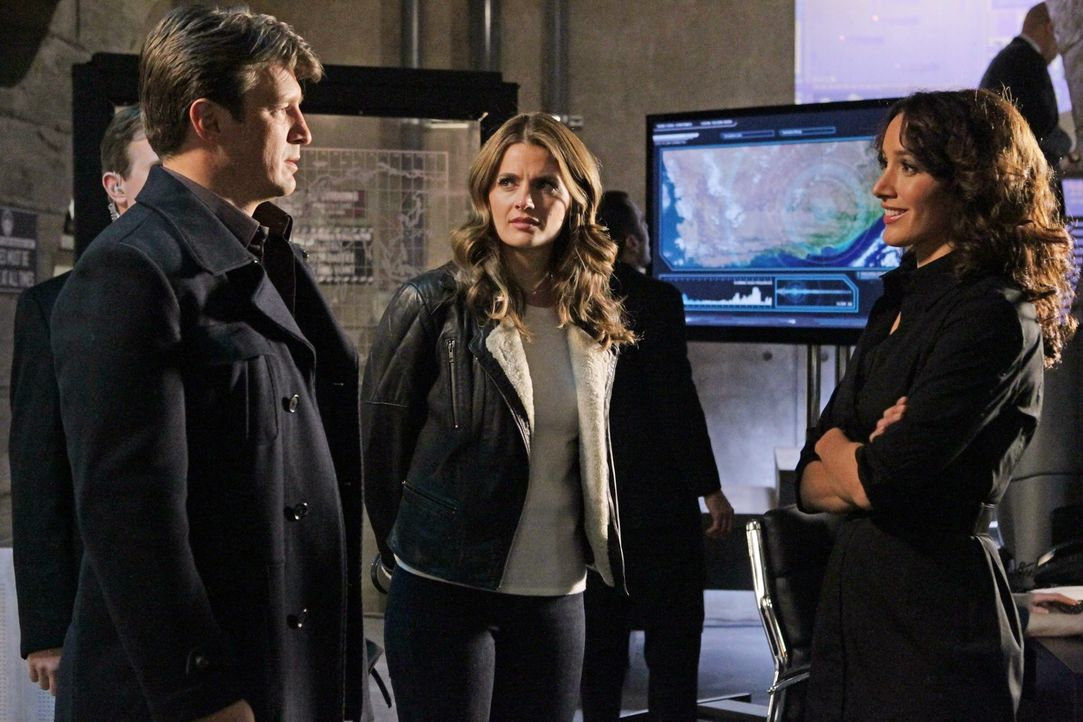 In einem Geheimversteck der CIA treffen Castle (Nathan Fillion, l.) und Beckett (Stana Katic, M.) auf die Agentin Sophia Turner (Jennifer Beals, r.)... - Bildquelle: 2012 American Broadcasting Companies, Inc. All rights reserved.