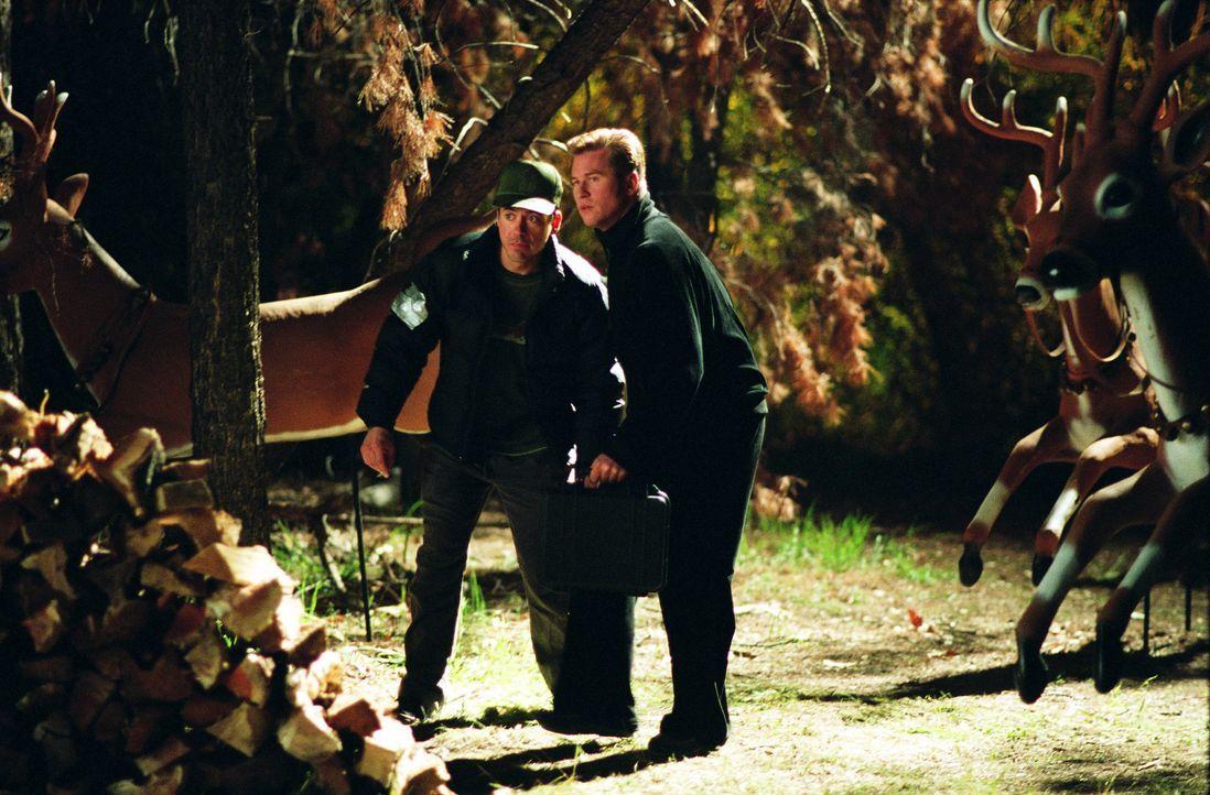 Als lang verdrängte Familiengeheimnisse eskalieren, gerät das ungleiche Ermittlerduo Harry (Robert Downey Jr., l.) und Perry (Val Kilmer, r.) in ein... - Bildquelle: 2015 © Warner Brothers