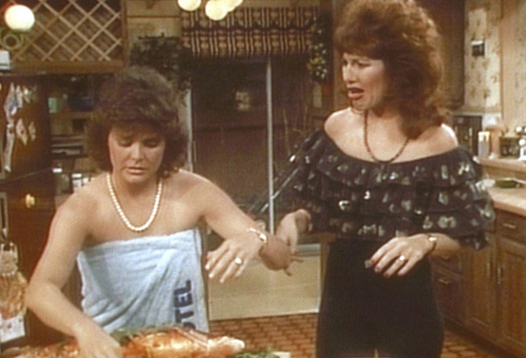 Peggy (Katey Sagal, r.) muss sich mit Marcy (Amanda Bearse, l.) herumschlagen, die halbnackt durchs Haus läuft. - Bildquelle: Columbia Pictures