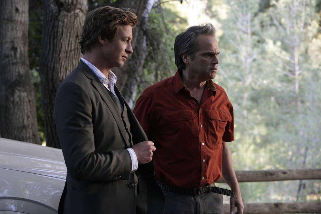 Als der Schüler eines Waldinternats tot aufgefunden wird, werden Patrick Jane (Simon Baker, l.) und das Team des CBI zum Fundort gerufen. Die Ermitt... - Bildquelle: Warner Bros. Television