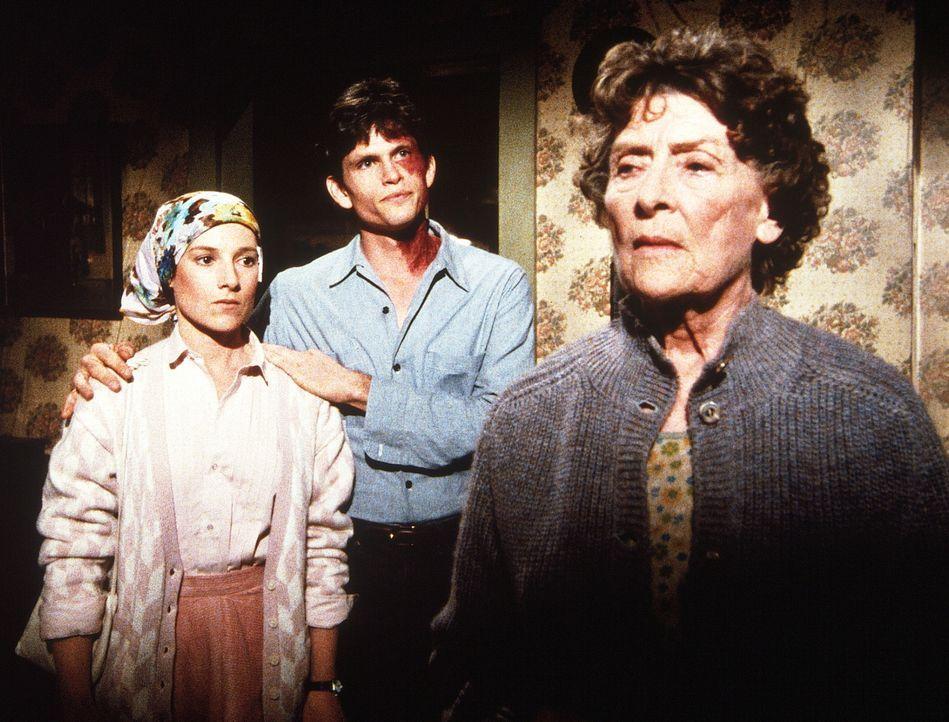 Julian (Jeff Kober, M.) erklärt seiner Mutter (Ann Duran, r.), dass er sie verlassen will, um sich mit Rachel (Annabelle Price, l.) ein eigenes Leb... - Bildquelle: 20th Century Fox Television