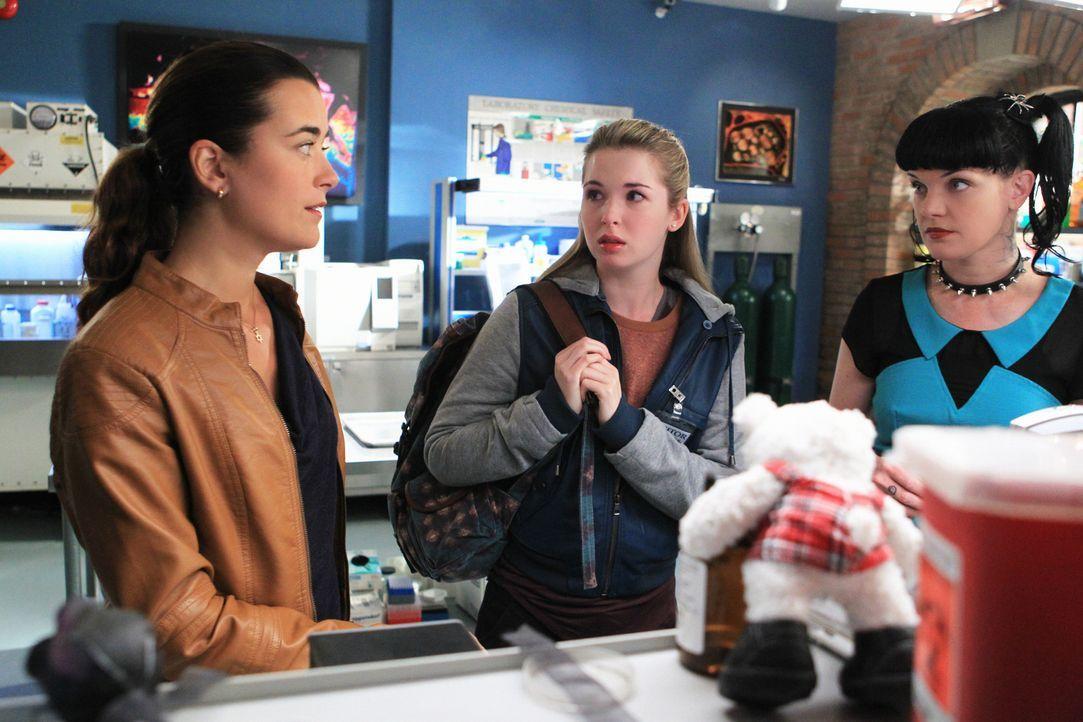 Versuchen, mit Hilfe von Miranda Pennebaker (Alex Kingston, M.) einen neuen Fall zu lösen: Abby (Pauley Perrette, r.) und Ziva (Cote de Pablo, l.) .... - Bildquelle: CBS Television
