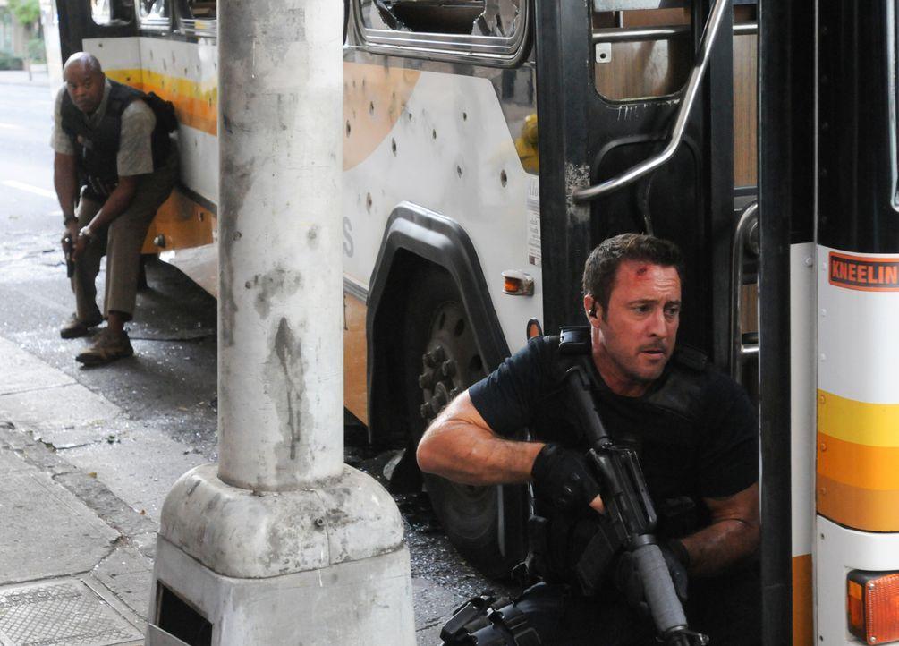 Nachdem mehrere tote Drogenopfer angeschleppt wurden, riecht Five-0 Verdacht und kommt schließlich Gabriel auf die Schliche: Steve (Alex O'Loughlin,... - Bildquelle: Norman Shapiro 2016 CBS Broadcasting, Inc. All Rights Reserved
