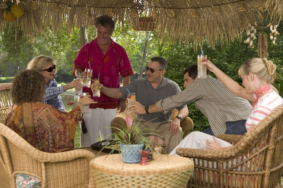Als die Byrnes (Blythe Danner, 2.v.l., Robert De Niro, 3.v.l., Teri Polo, r.) und Schwiegersohn Greg (Ben Stiller, 2.v.r.) bei dessen Eltern (Dustin... - Bildquelle: DreamWorks SKG