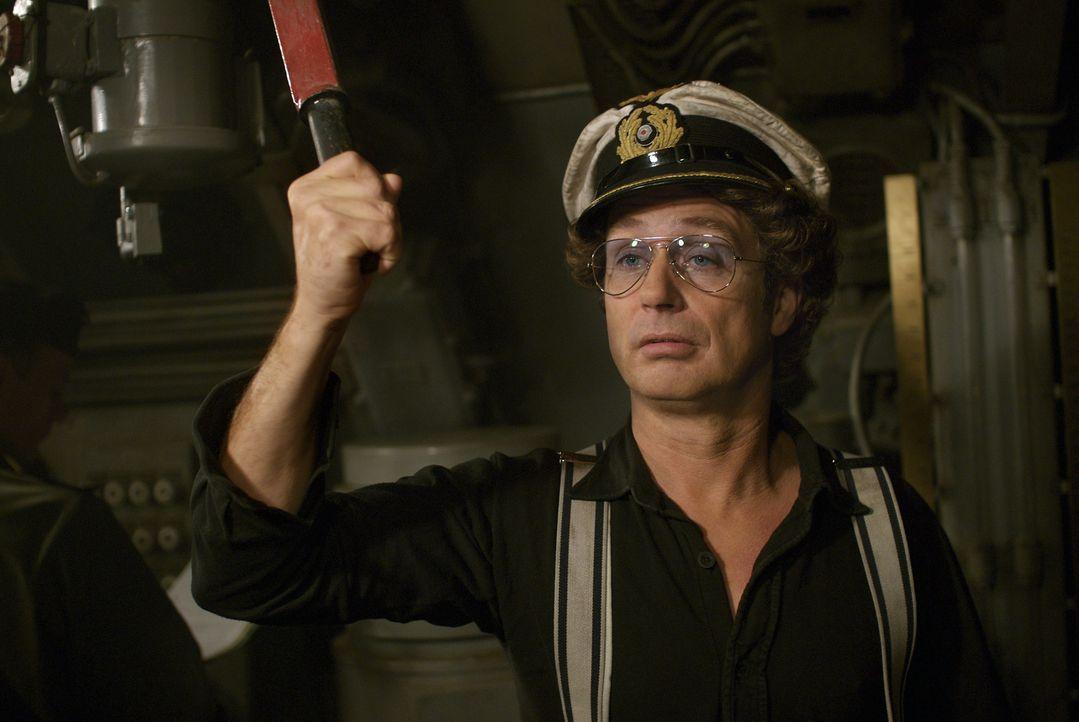 Auch wenn er von Seefahrt keine Ahnung hat, Atze (Atze Schröder) kapert das letzte verfügbare U-Boot der deutschen Wehrmacht, die U-900, und macht s...