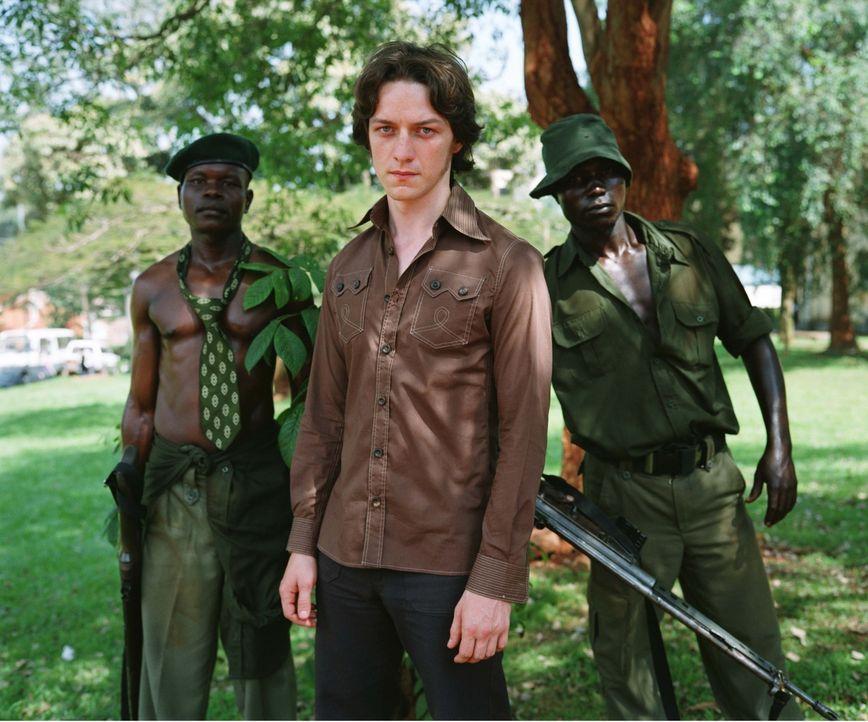 Je mehr Nicholas (James McAvoy, M.) erfährt, umso unsympathischer wird ihm Idi Amin. Doch sein Wunsch, nach Hause zurückzukehren, stößt längst auf t...