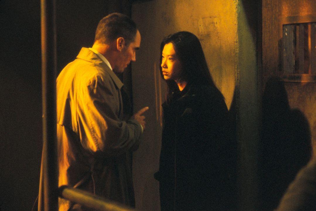 Haben eine gefährliche Idee: Drogenjäger Tommie Ling (Michelle Goh, r.) und Ed Grey (Corey Johnson, l.) ... - Bildquelle: Nu Image