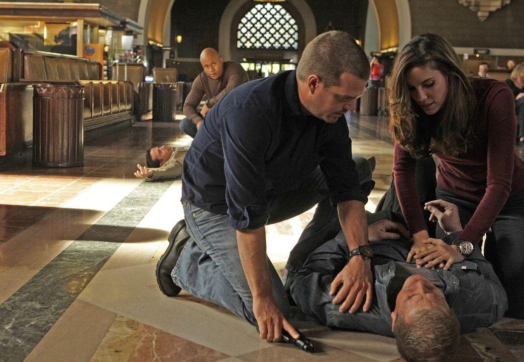 Um in einem Mordfall weiterzukommen, schlüpft Callen (Chris O'Donnell, M.) wieder in seine alte Identität. Gemeinsam mit Kensi (Daniela Ruah, r.) un... - Bildquelle: CBS Studios Inc. All Rights Reserved.