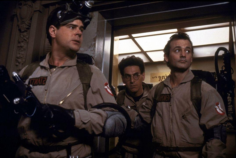 Die drei Parapsychologen Peter (Bill Murray, r.), Raymond (Dan Aykroyd, l.) und Egon (Harold Ramis, M.) kommen dem Dämon Zuul auf die Spur, der die... - Bildquelle: Columbia Pictures