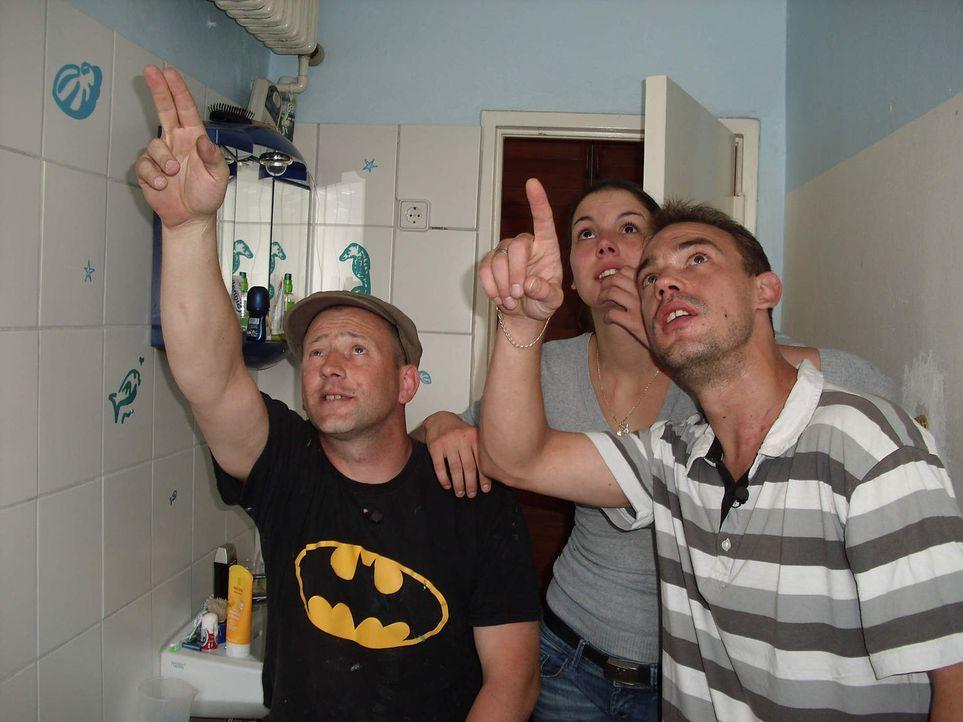 Bastian (r.) und seine Freundin Janine (M.) zeigen dem Superheimwerker Ken (l.) die Mängel in ihrem Badezimmer. - Bildquelle: kabel eins