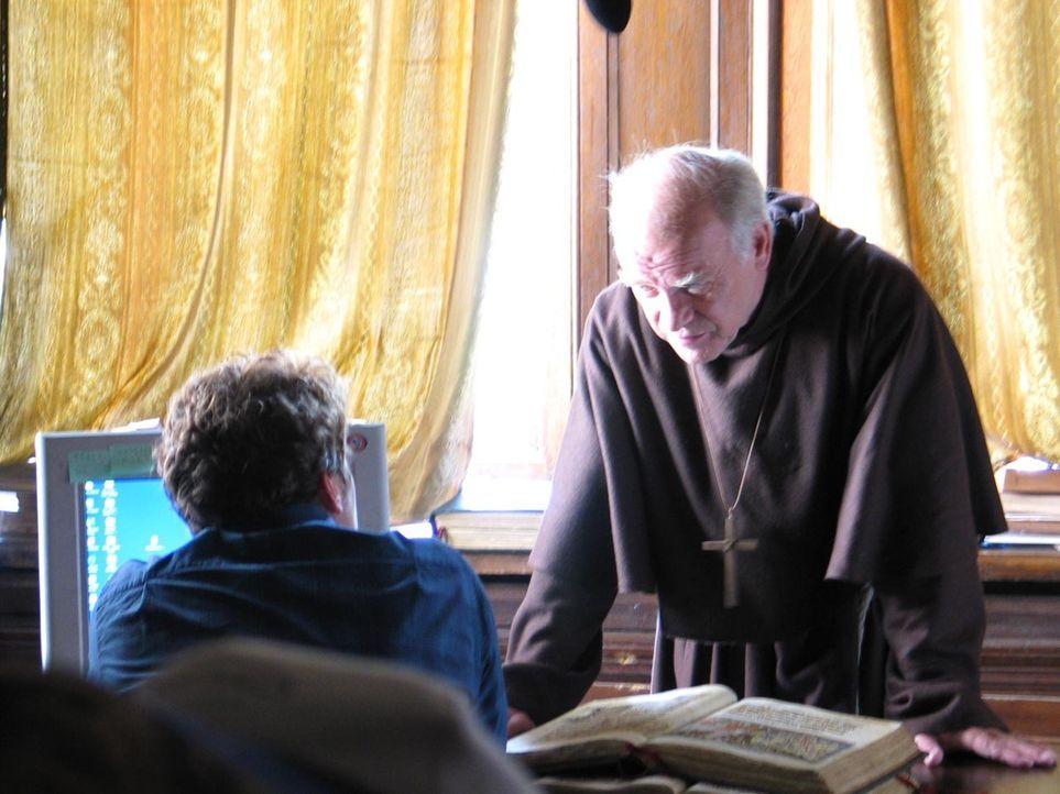 Seit vielen Jahren weiß der liebenswerte Mönch Quentin (Peter Franke, r.) um die Besonderheit seines Schützlings und versucht alles, den Jungen norm... - Bildquelle: ProSieben ProSieben