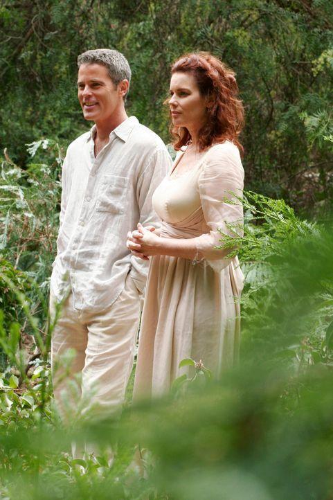 Rückblick: Lacy (Colleen Flynn, r.) macht mit ihrem heimlichen Geliebten Bob (Charles Van Eman, l.) einen Spaziergang durch den Wald ... - Bildquelle: ABC Studios