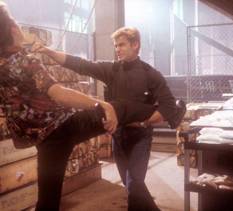 Eines Tages erhält Privatdetektiv Spears (Casper Van Dien, r.) einen Anruf von einem seiner Freunde. Er soll ihm helfen, seine entführte Schwester... - Bildquelle: 2000  MUSE PRODUCTIONS (TRACKER) INC.
