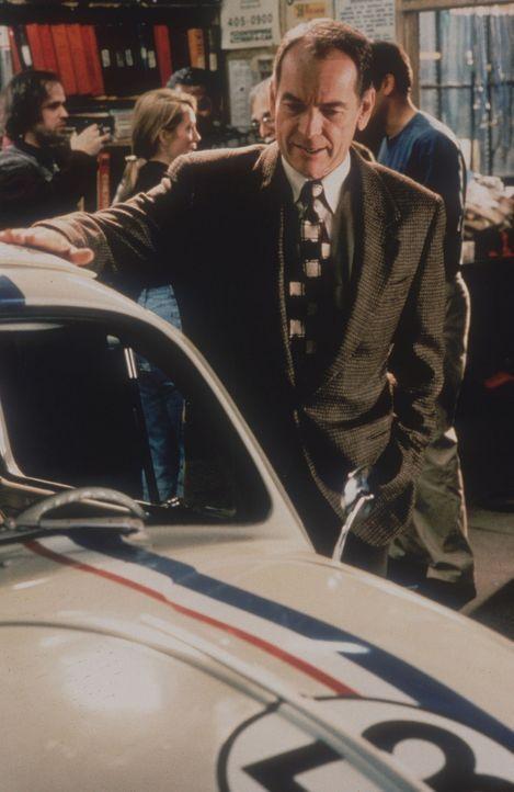 Jim Douglas (Dean Jones) weiß genau, dass sein alter Käfer Herbie weit mehr als ein simples Fortbewegungsmittel ist ... - Bildquelle: WALT DISNEY COMPANY