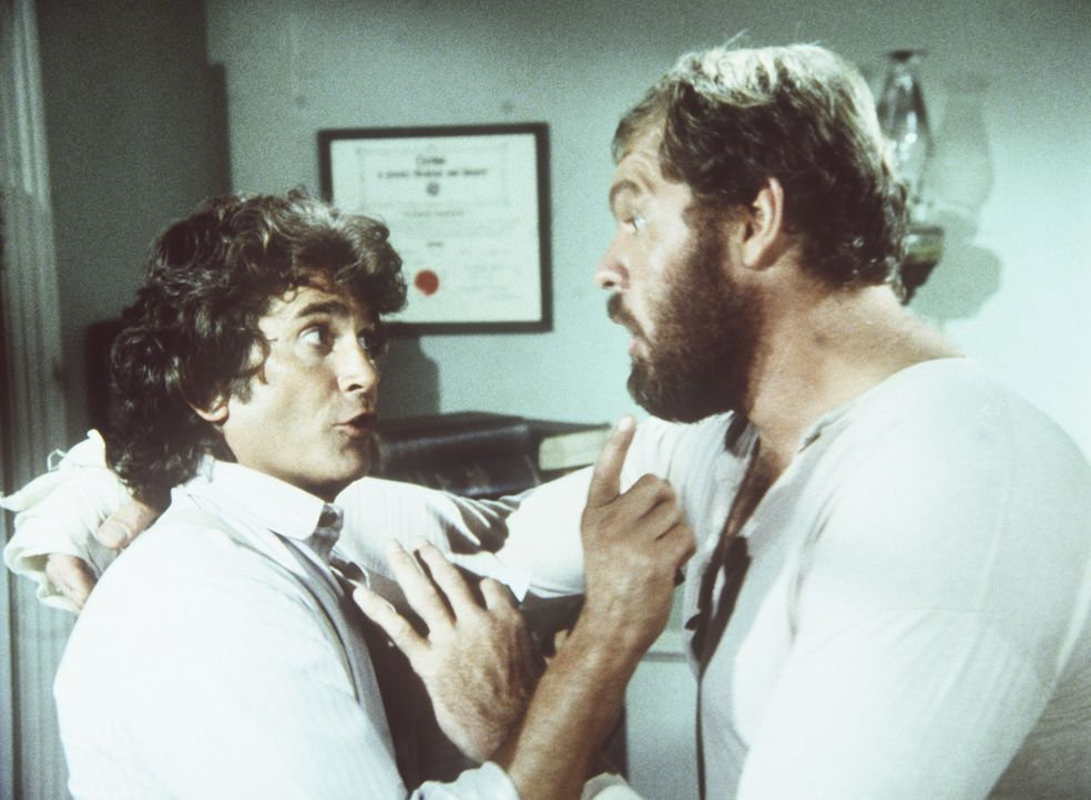 Jonathan Garvey (Merlin Olsen, r.) bittet seinen Freund Charles (Michael Landon, l.) im Kampf gegen Kagan einzuspringen, da er sich beim Training an... - Bildquelle: Worldvision
